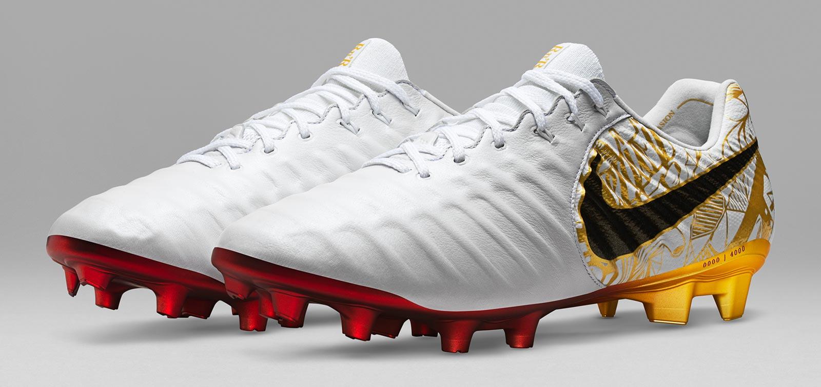 Novinky Nike Tiempo Legend VII Sergio Ramos obě kopačky